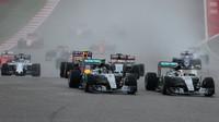 Lewis Hamilton předjíždí na startu Nica Rosberga v Austinu