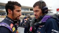 Daniel Ricciardo se radí s Guillaume Rocquelinem před startem v Austinu