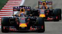 Daniel Ricciardo a Daniil Kvjat v Austinu
