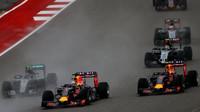 Daniel Ricciardo předjíždí Daniiela Kvjata a Nica Rosberga v Austinu
