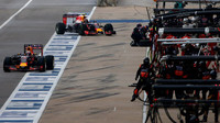 Daniel Ricciardo a Daniil Kvjat double výměna pneumatik v Austinu