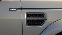 Logo na boku napovídá, že je pod kapotou naftový šestiválec, Land Rover Discovery Graphite.