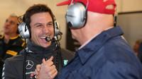 Toto Wolff a Niki Lauda se radují z vítězství Lewise Hamiltona v Austinu