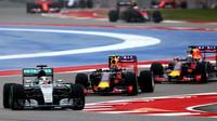 Lewis Hamilton, Daniil Kvjat a Daniel Ricciardo po startu v Austinu