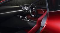 Sportovní volant je doplněn trojicí budíků a krátkou pákou převodovky, Mazda RX-Vision.