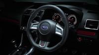 Volant je obšitý kůží, Subaru WRX STi S207.