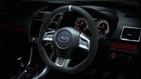 Semišový volant odkazuje na závodní modely značky, Subaru WRX STi S207 NBR Challenge Yellow Edition.