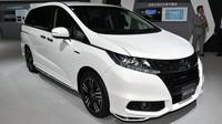 Honda Odyssey patří za mořem k velmi populárním MPV, takže se není co divit, že do jejich útrob zamířilo hybridní ústrojí Sport Hybrid i-MMD. Bližší specifikace zatím nejsou k dispozici, avšak uložení baterií pod přední sedadla je světovým unikátem.
