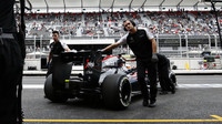 Fernando Alonso couvá do boxů v Mexiku