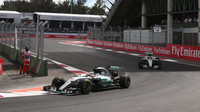 Lewis Hamilton a Nico Rosberg v Mexiku