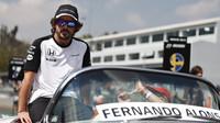 Fernando Alonso při prezentaci před závodem v Mexiku