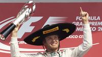 Nico Rosberg se svou trofejí po vítězství v Mexiku
