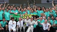 Oslavi týmu Mercedes z vítězství v Mexiku