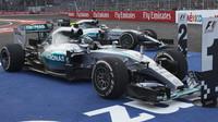 Nico Rosberg a Lewis Hamilton po závodě v Mexiku