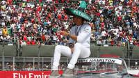 Lewis Hamilton při prezentaci před závodem v Mexiku