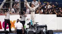 Nico Rosberg se raduje z vítězství v Mexiku