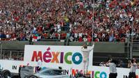 Nico Rosberg po závodě zdraví diváky v Mexiku