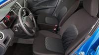 Přední sedadla nemají nikterak výraznou boční oporu, Suzuki Celerio.