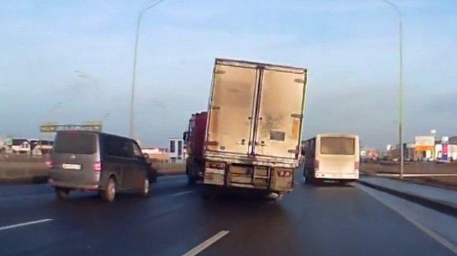 dokonalý úhybný manévr s kamionem