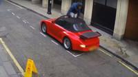 Zloděj za bílého dne rozřezal střechou staršího Porsche 911 a když nemohl nastartovat, utekl.