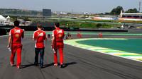 Sebastian se prochází s inženýri po Interlagosu