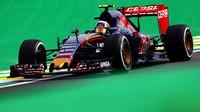 Carlos Sainz s vozem Toro Rosso STR10 v Brazílii