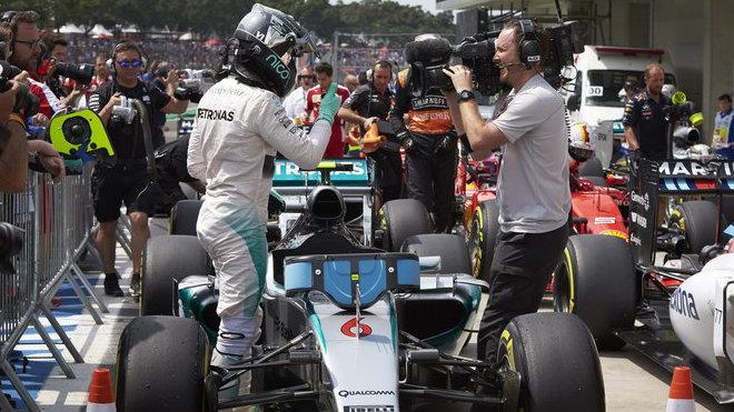 Nico Rosberg se raduje z pole position v Brazílii