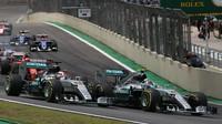 Nico Rosberg a Lewis Hamilton při startu v Brazílii