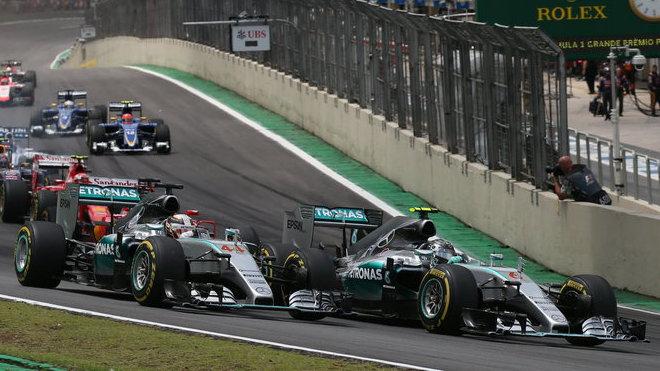 Loňský postartovní souboj Nica Rosberga s Lewisem Hamiltonem