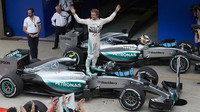 Nico Rosberg a Lewis Hamilton v cíli v Brazílii