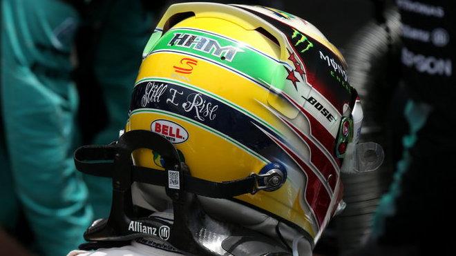 Jedna z poct Ayrtonu Sennovi - v podání Lewise Hamiltona
