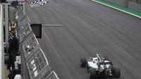 Nico Rosberg v cíli v Brazílii