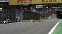 Nico Rosberg a Lewis Hamilton v Brazílii