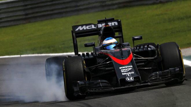 Fernando Alonso při prudkém brždění