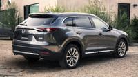 Na fotkách je vozidlo v šedém odstínu Machine, Mazda CX-9.
