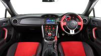Interiér zaujme dvoubarevným kombem na volantu i sedadlech, Toyota 86 Blackline Edition