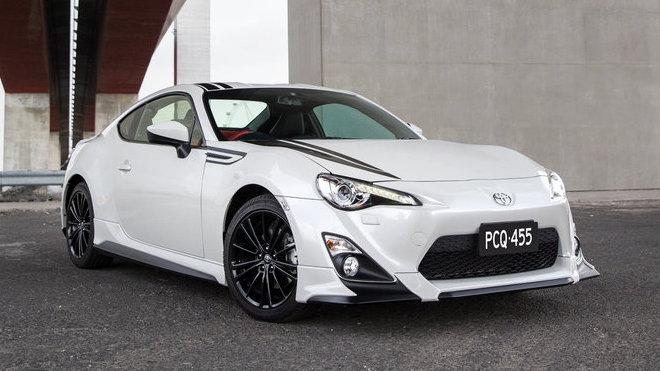 Edice vyzařuje lakem White Liquid a černými pruhy, Toyota 86 Blackline Edition