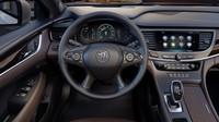 Multimediální systém má osmipalcovou obrazovku, přístrojový štít kombinuje digitální displej a analogové budíky , Buick LaCrosse.