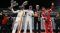 Andy Priaulx, Plato, Nico Hülkenberg a Sebastian Vettel na podium na Race of champions