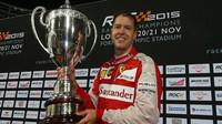 Sebastian Vettel se svou trofejí na Race of champions