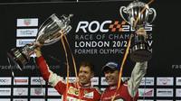 Sebastian Vettel a Tom Kristensen s trofejemi na Race of champions