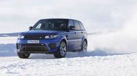 Range Rover Sport SVR se projel po replice okruhu Silverstone na zamrzlém jezeře - anotační foto