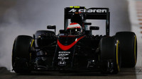 Jenson Button prudce brzdí v Abú Zabí