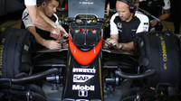 Přední zavěšení kol vozu McLaren MP4-30 Honda v Abú Zabí
