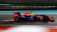 Daniel Ricciardo jiskří v Abú Zabí