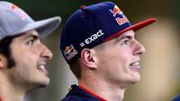 Max Verstappen (vpravo) s Carlos Sainzem