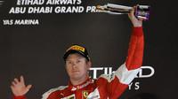 Kimi Räikkönen se svou trofejí v Abú Zabí