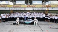 Hromadná fotografie týmu Mercedes v Abú Zabí