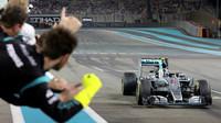 Nico Rosberg v cíli v Abú Zabí