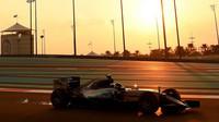 Nico Rosberg při západu slunce v Abú Zabí 2015